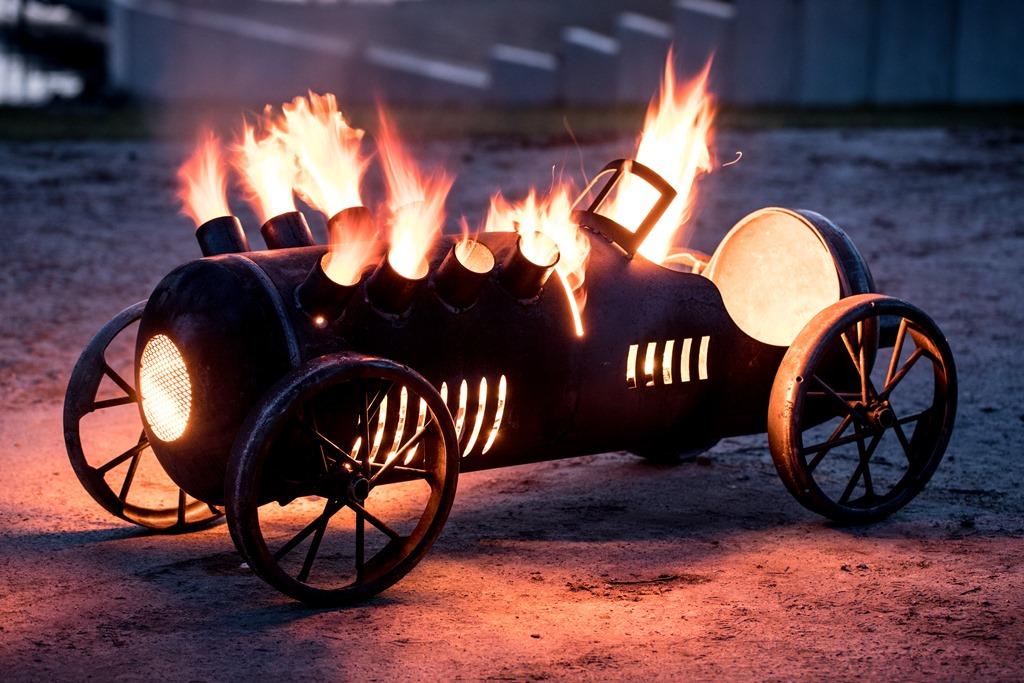Feuerstelle - Rennauto mit V8 Zylinder